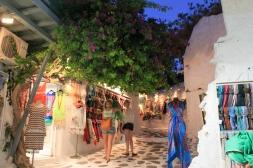 Gezellige kleine straatjes in het hart van Mykonos - avond tijdens strandvakantie Cycladen