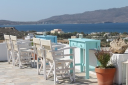 Uitzicht op de haven Adamas vanaf de heuvel op Milos - vakantie Griekenland