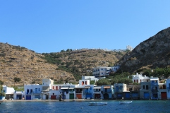 Syrmata, visserhuisjes met ingebouwde boot-garage. Vakantie Milos.