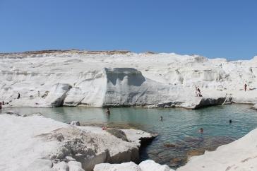Sarakiniko, landschap van wit puimsteen. Rotsen waar je vanaf kunt duiken. Vakantie Milos.