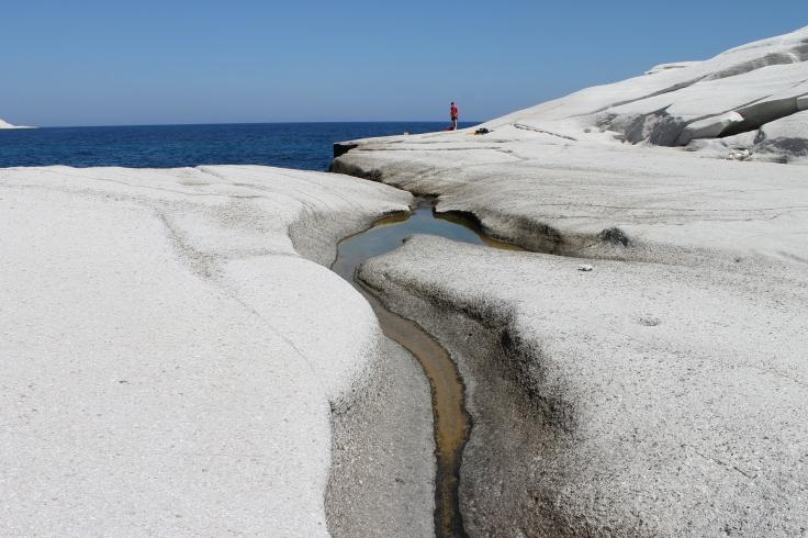 Sarakiniko, prachtig wit puimsteen. Heerlijk om te zwemmen en van de rotsen in het zeewater te springen. Vakantie Griekse Cycladen, Milos.