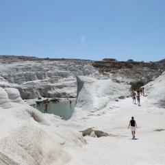 Sarakiniko: super mooie witte rotsen van puimsteen. Met strand en helderblauw zeewater. Vakantie Milos Griekenland.