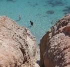 Het strand Tsigrado, te bereiken via de touwladder. Eenmaal beneden gekomen vind je dit adembenemende mooi strandje. Vakantie Milos: ontdek de betoverende stranden.