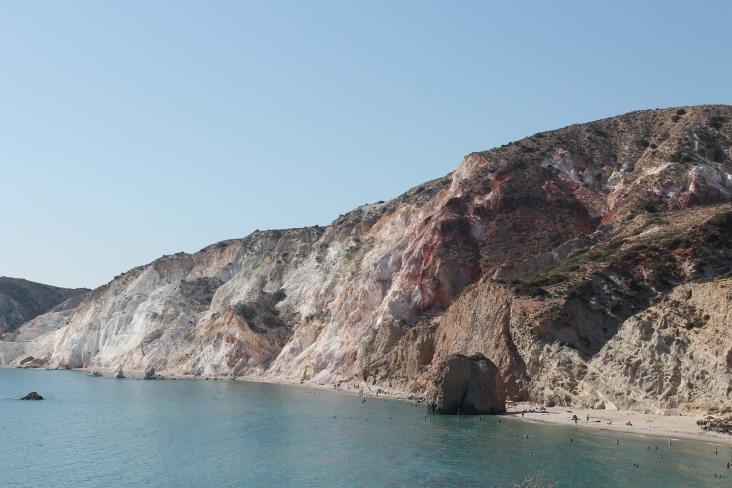 Firiplaka, het schitterende uitgestrekte zandstrand aan de zuidkant van Milos. Genieten van een vakantie op de Griekse eilanden.