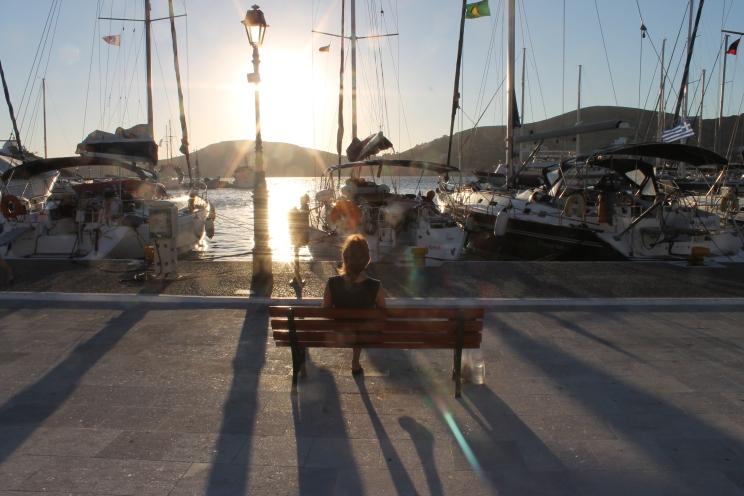 Haven op Ios. Zonsondergang op vakantie op het Griekse eiland Ios.