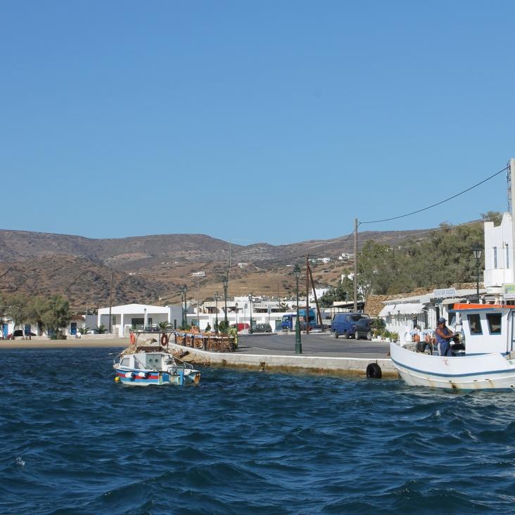 Dineren aan het water op Ios. Heerlijk Grieks eten bij de haven.