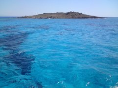 azuurblauw water op de boot naar Chrissi