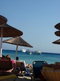 chillen-onder-de-parasol-op-het-cycladische-eiland-mykonos