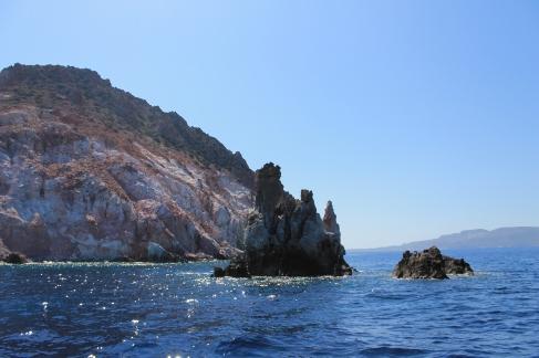 Milos rotsen strand zee zon reis boeken