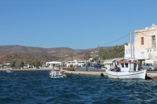 kade in de haven van Ios. Met goed restaurant met groot terras aan het water