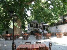 Pilion_Vitzitsa_marktpleintje met traditionele Griekse bakkerij. Griekenland strandvakantie