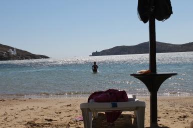 Strandstoel met parasol op het mooie strand van Ios - Strandvakantie Griekenland Cycladen