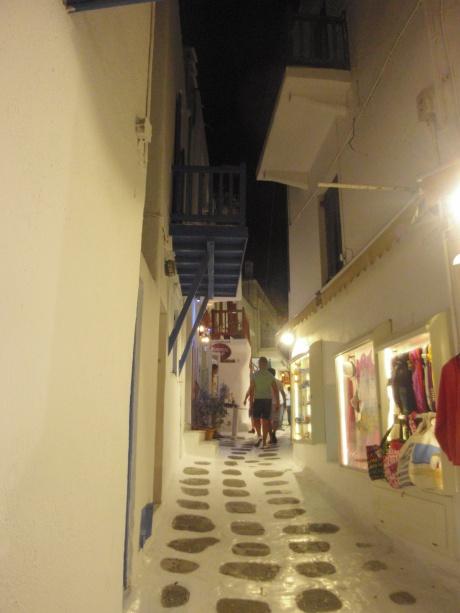 winkelstraatje-in-het-centrum-van-mykonos-zon-zee-strand-en-winkelen