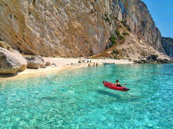 Greece lastminute strandvakantie helderblauw zeewater strand