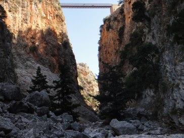 een-brug-bouwen--bij-kloof-op-kreta-griekenland-zonvakantie