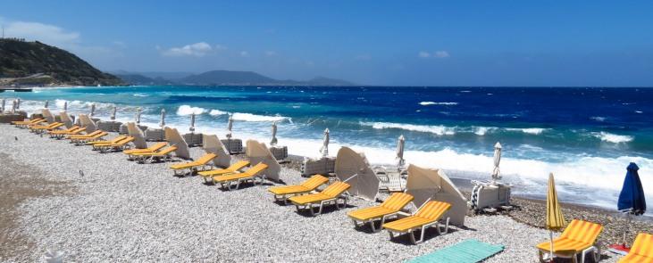 strandbedden op Rhodos strand - zonvakantie Griekenland